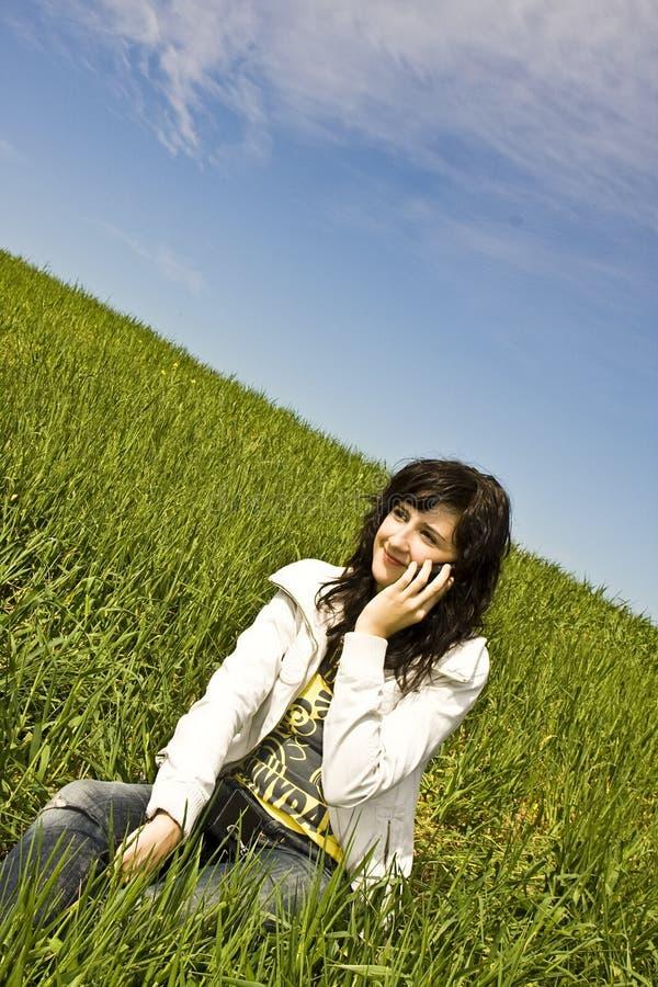Vrouw bij telefoon stock fotografie
