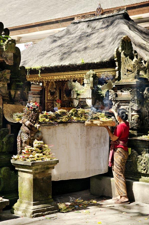 Vrouw bij tempel in Bali Indonesië stock afbeelding