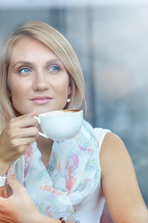 Vrouw bij trendy koffie het drinken koffie stock afbeelding