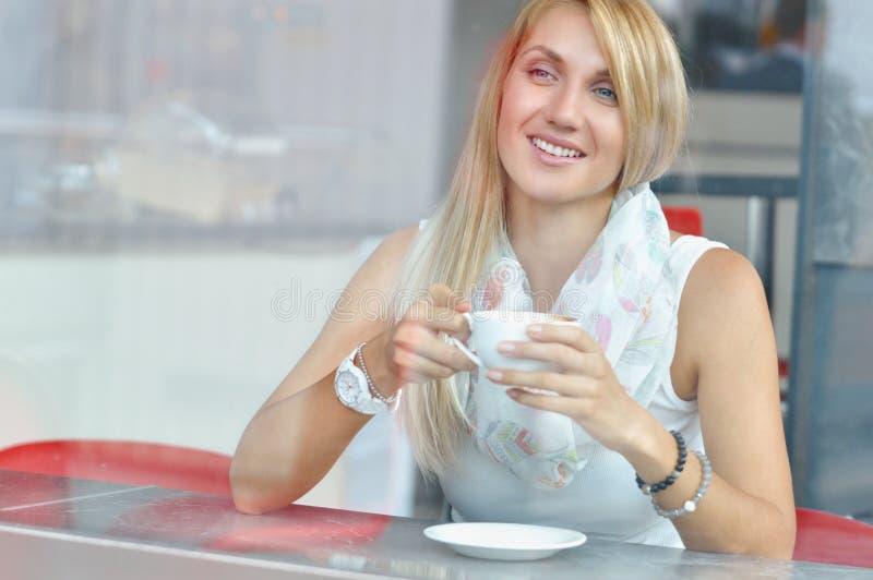 Vrouw bij trendy koffie het drinken koffie royalty-vrije stock foto's