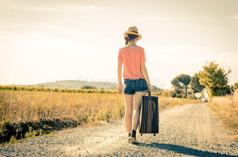 Vrouw bij vakantie op de weg stock afbeelding