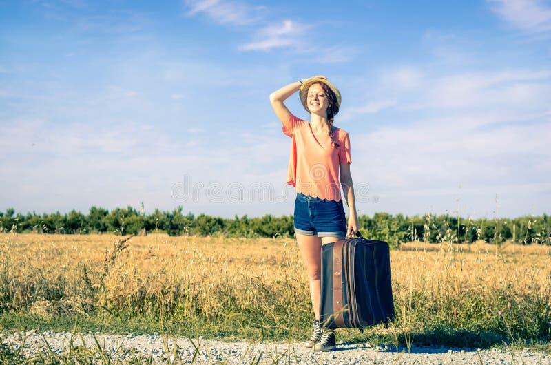 Vrouw bij vakantie op de weg royalty-vrije stock afbeelding