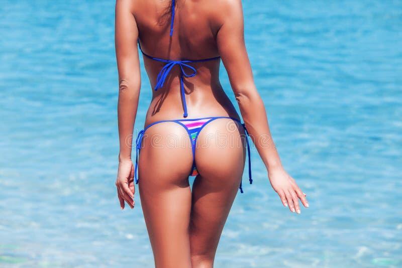 Vrouw in bikini stock afbeeldingen