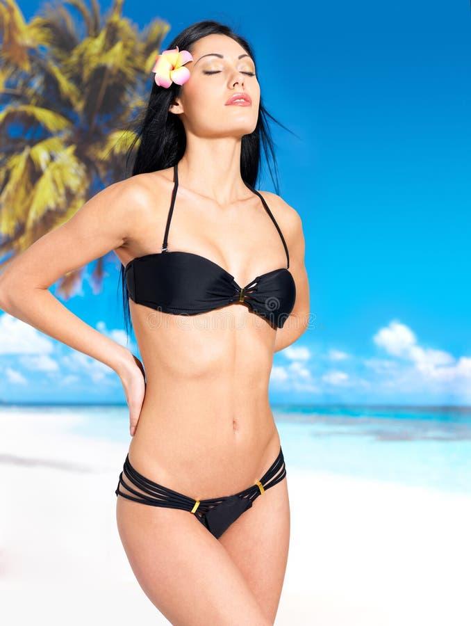 Vrouw in bikini bij strand royalty-vrije stock foto's