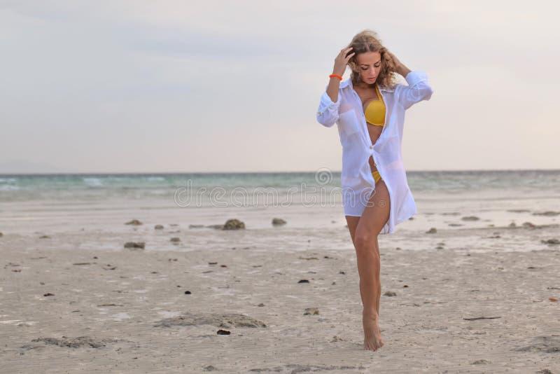Vrouw in bikini bij tropisch strand stock fotografie