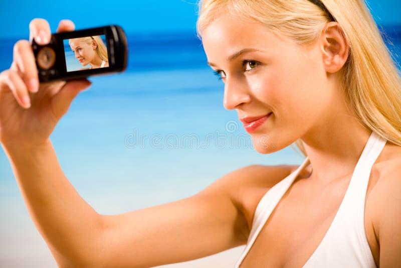 Vrouw in bikini die foto neemt royalty-vrije stock afbeelding