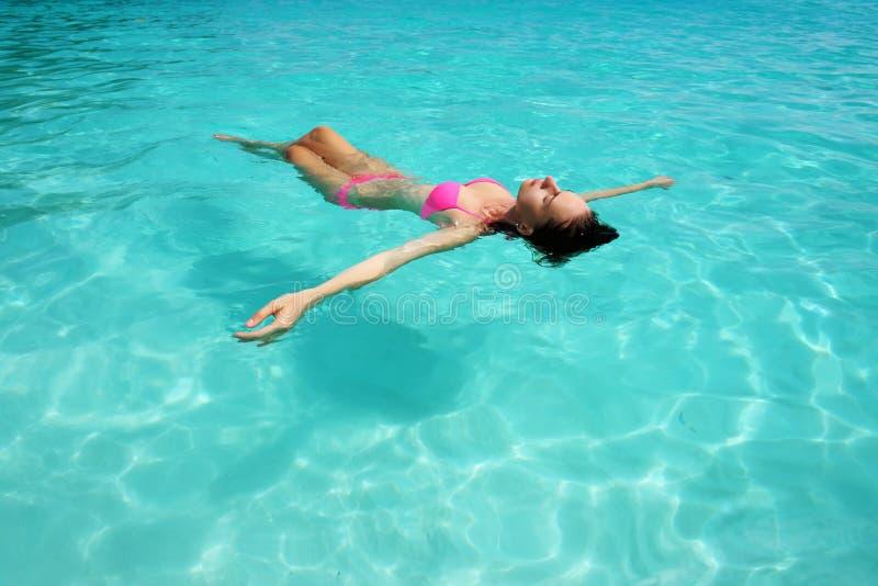 Download Vrouw In Bikini Die Op Water Liggen Stock Afbeelding - Afbeelding bestaande uit idyllisch, tranquil: 29505343