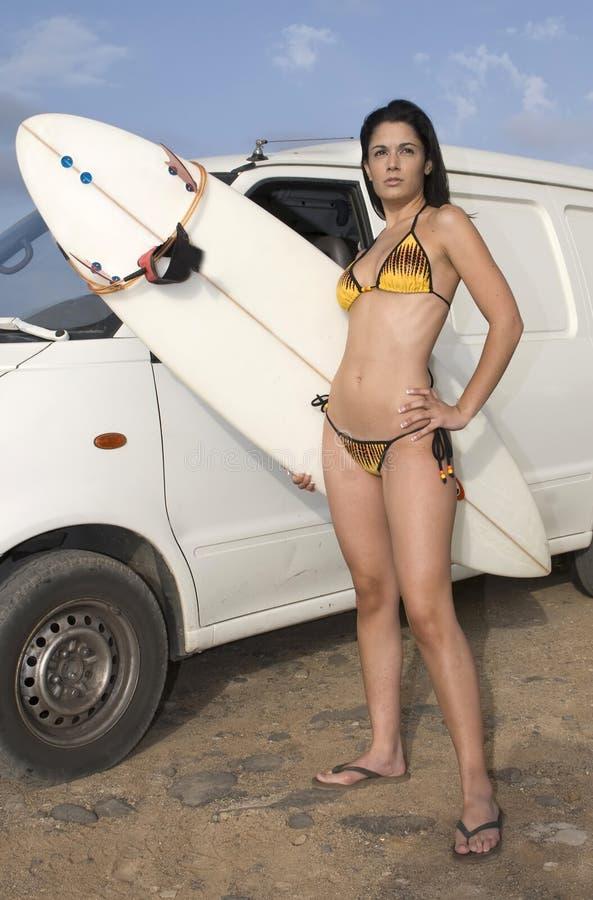 Vrouw in bikini met surfplank stock afbeelding