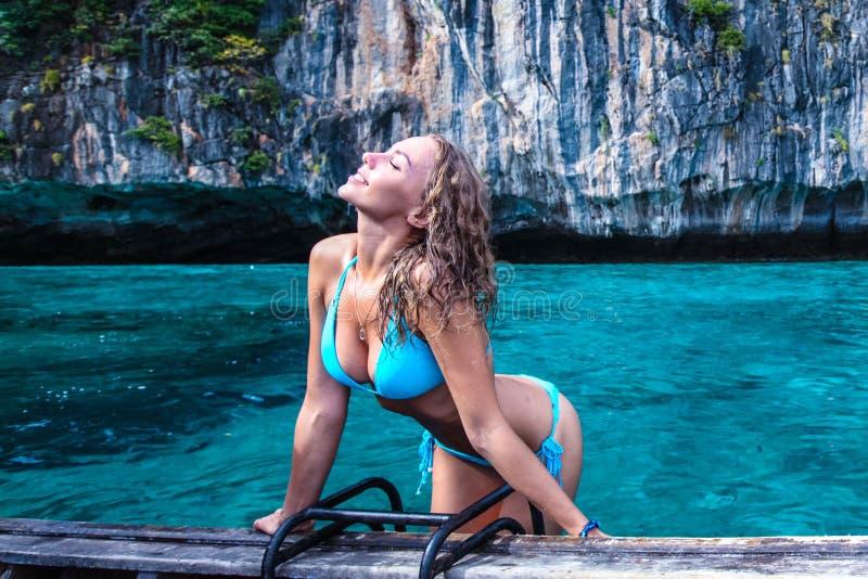 Vrouw in bikini op boot stock foto's