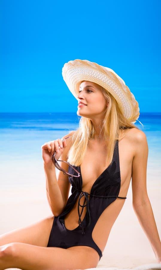 Vrouw in bikini op het strand stock foto
