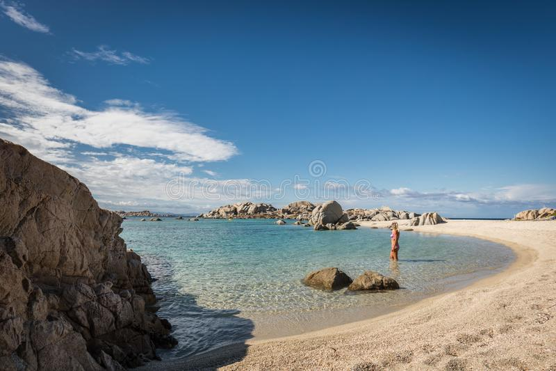 Vrouw in bikini in overzees bij Cavallo-eiland dichtbij Corsica stock afbeeldingen
