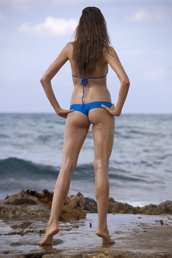 Vrouw in bikinis op het strand stock foto