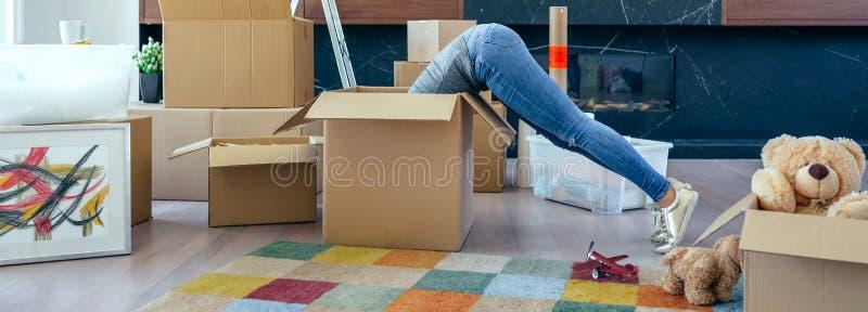 Vrouw binnen een doos die de beweging voorbereiden stock afbeeldingen