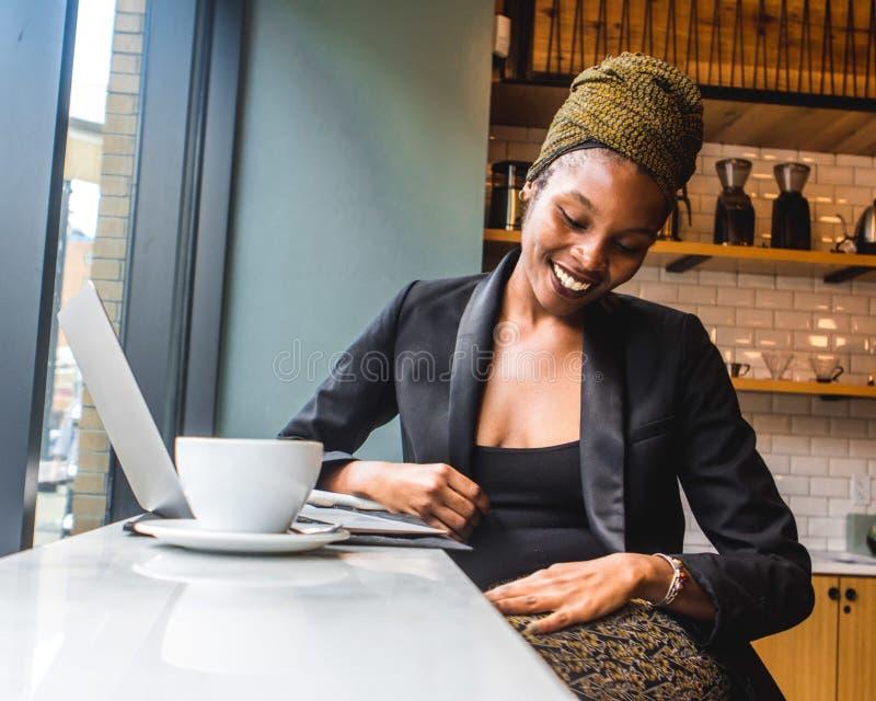 Vrouw in Black Blazer met een grote glimlach op haar gezicht stock fotografie