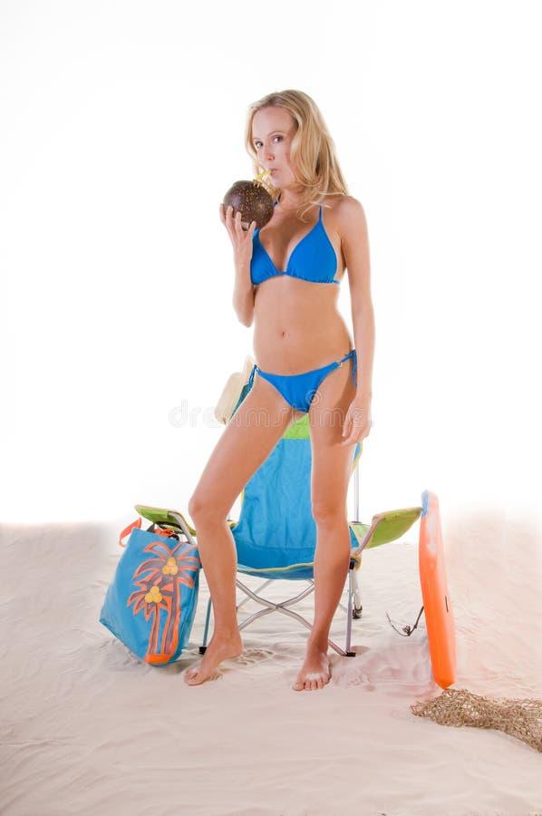 Vrouw in Blauwe Bikini op Strand royalty-vrije stock foto's