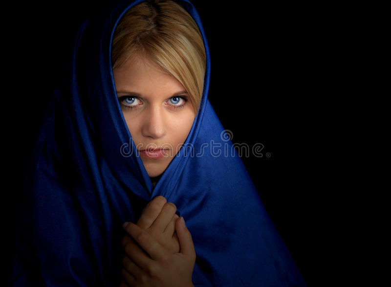 Vrouw in Blauwe Kaap royalty-vrije stock fotografie
