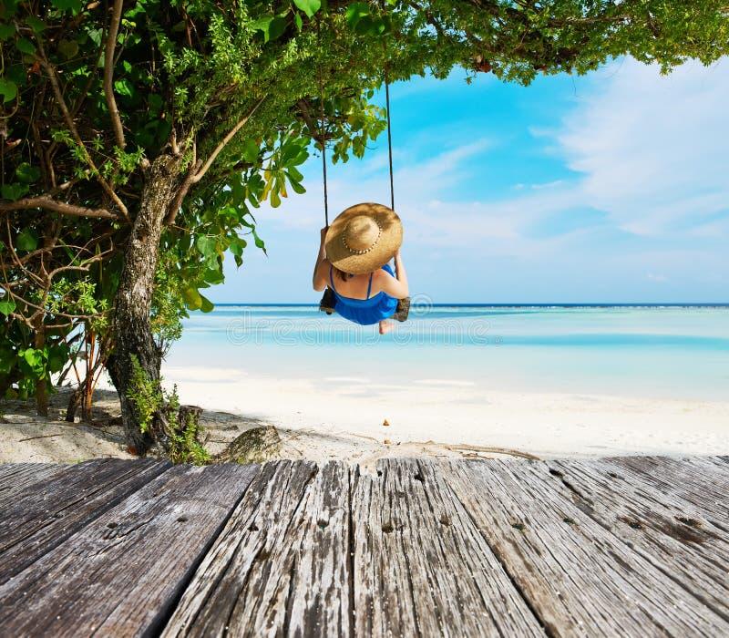 Vrouw in blauwe kleding die bij strand slingeren stock afbeeldingen