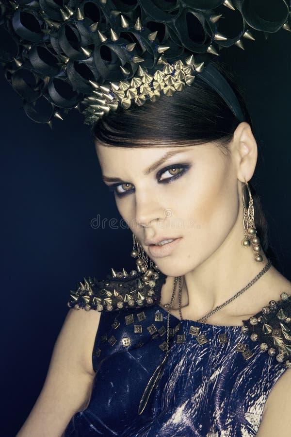 Vrouw in blauwe kleding en headwear met aren stock foto