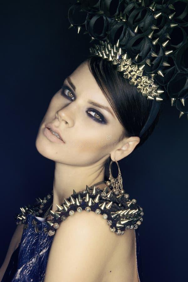 Vrouw in blauwe kleding en headwear met aren royalty-vrije stock foto