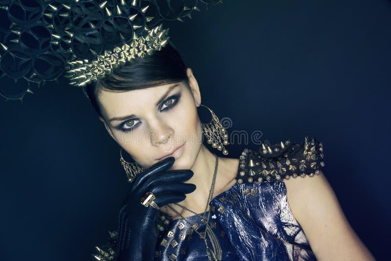Vrouw in blauwe kleding en headwear met aren royalty-vrije stock afbeelding