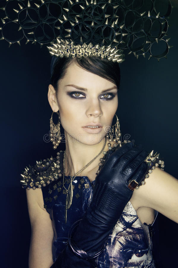 Vrouw in blauwe kleding en headwear met aren royalty-vrije stock foto's