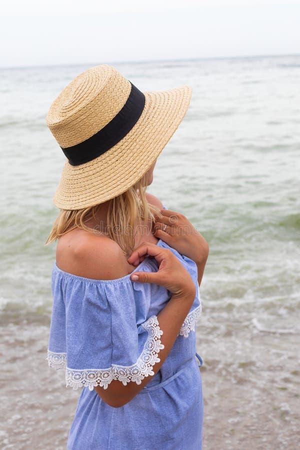 Vrouw in blauwe sundress stock afbeeldingen