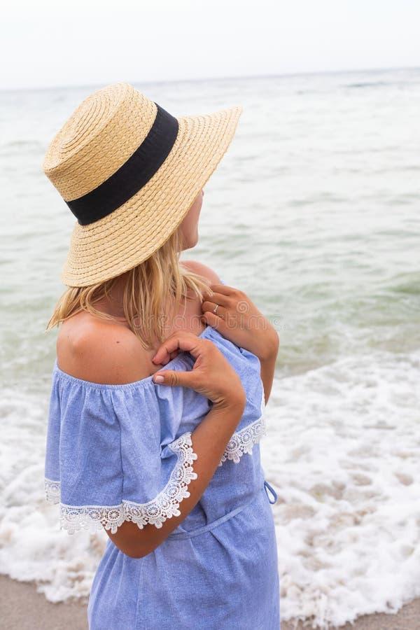 Vrouw in blauwe sundress royalty-vrije stock fotografie