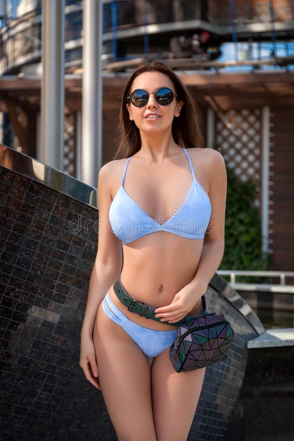 Vrouw in blauwe zwempakgloed in stad royalty-vrije stock foto