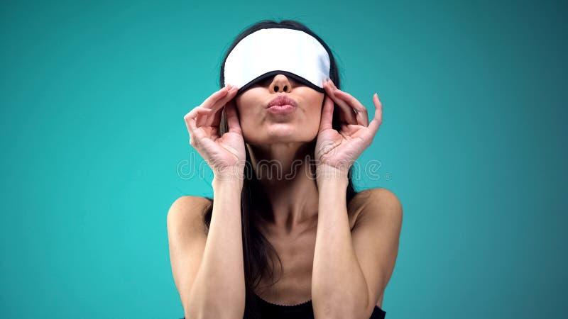 Vrouw in blinddoek die luchtkus doen, met bewonderaar flirten en pret, vreugde hebben stock foto