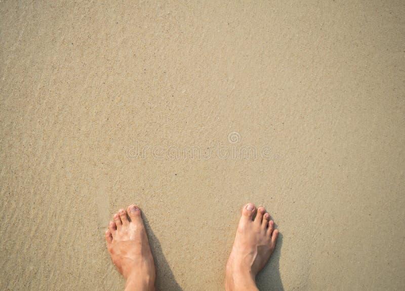 Vrouw blootvoetse status bij een strand stock foto