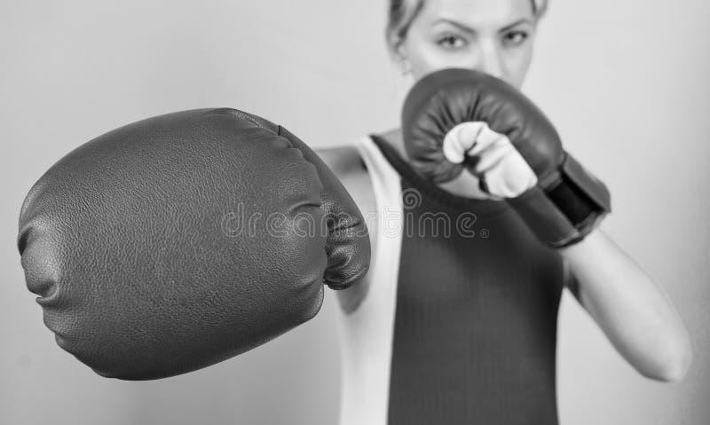 Vrouw bokshandschoenen gericht op aanval Ambitieus meisje vecht bokshandschoenen Vrouwenrechten Ik ga je afschoppen royalty-vrije stock foto's