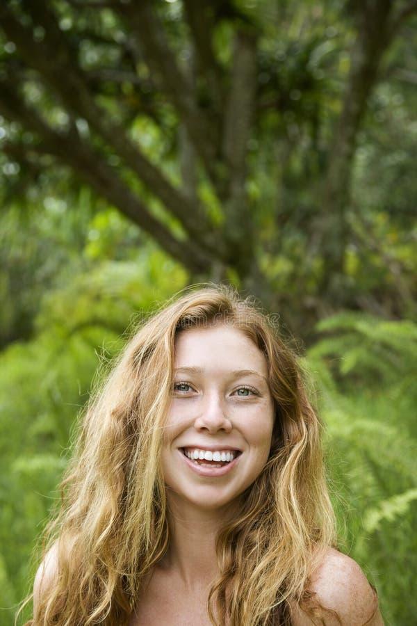 Vrouw in bos. royalty-vrije stock afbeelding