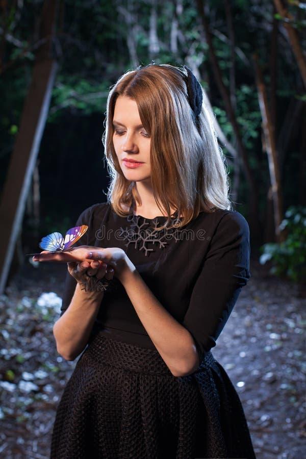 Vrouw in bos in dark stock afbeelding