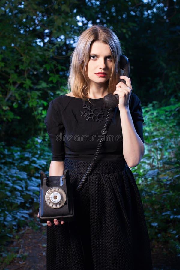 Vrouw in bos in dark royalty-vrije stock afbeelding