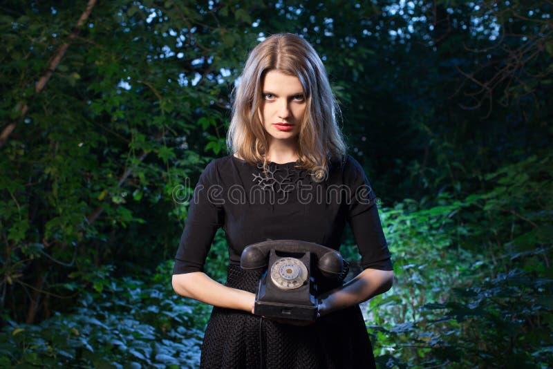 Vrouw in bos in dark royalty-vrije stock foto's