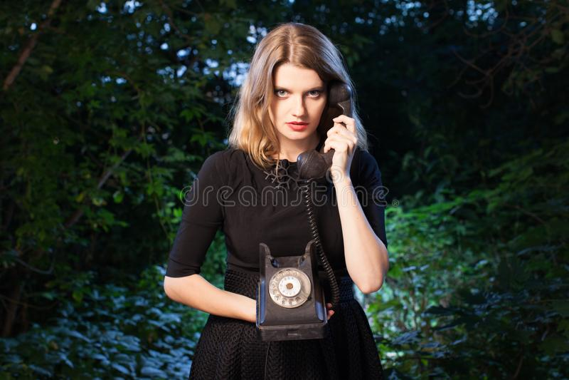Vrouw in bos in dark royalty-vrije stock foto