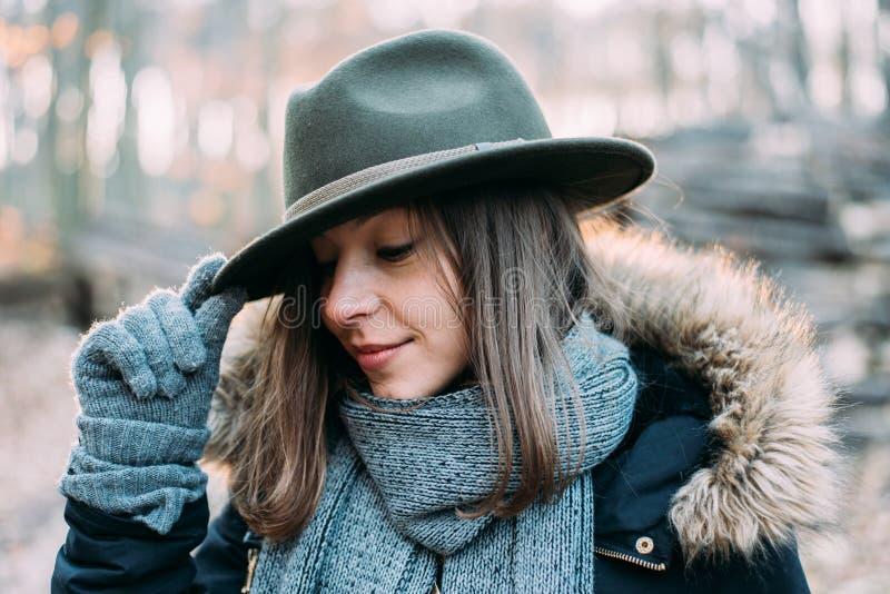 Vrouw in bos, openluchtportait royalty-vrije stock afbeeldingen
