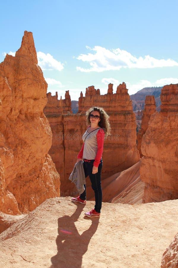 Vrouw in Bryce Canyon die en van mening genieten kijken stock foto's