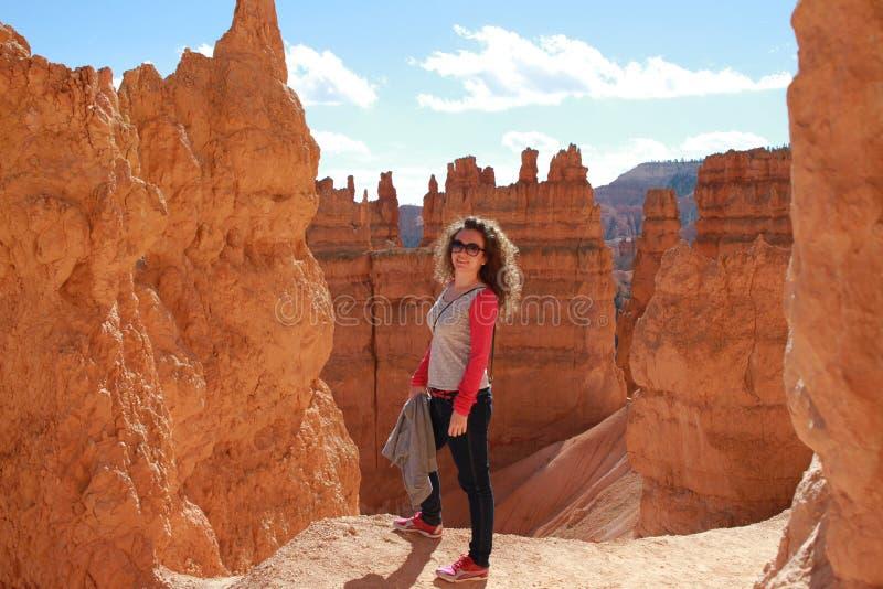 Vrouw in Bryce Canyon die en van mening genieten kijken royalty-vrije stock afbeeldingen