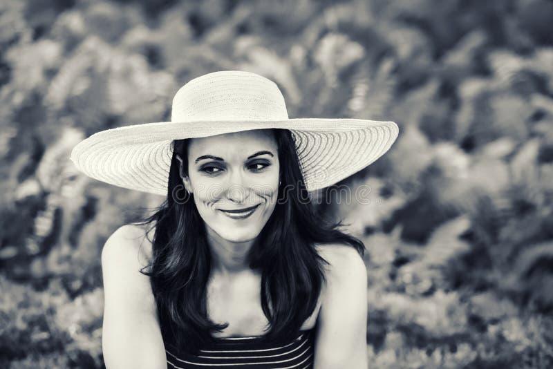Vrouw buiten met een Zwart-witte Zonhoed - royalty-vrije stock afbeelding