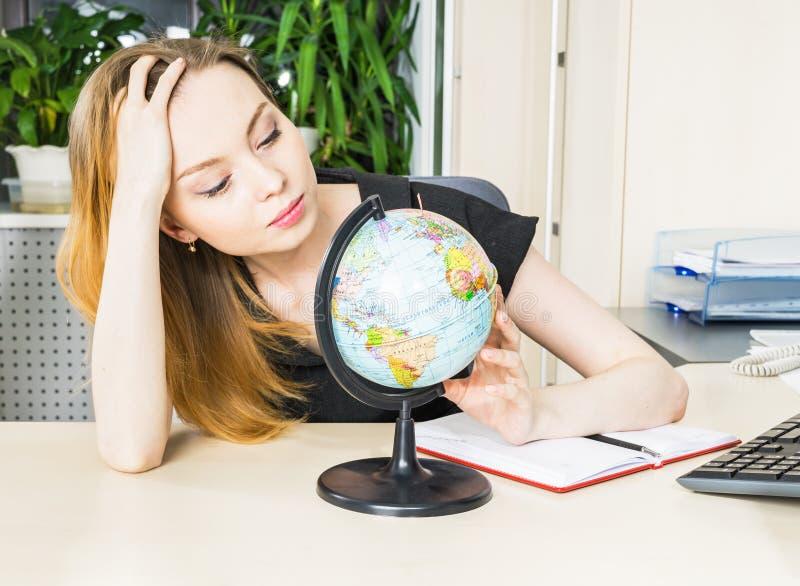 Vrouw in bureau met bol stock foto