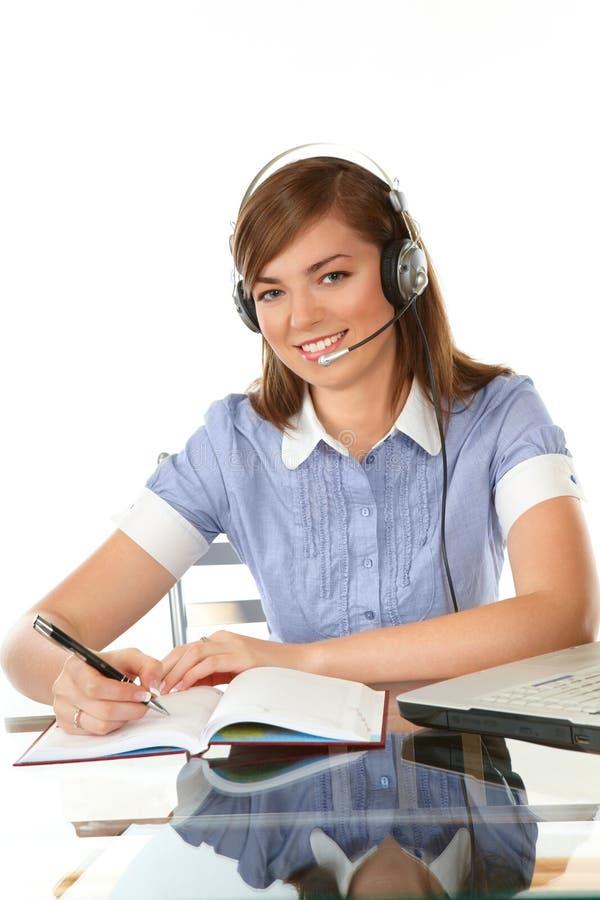 Vrouw in bureau met hoofdtelefoon royalty-vrije stock foto