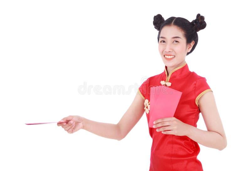 Vrouw cheongsam of qipao die rode enveloppen in concept geven dragen royalty-vrije stock afbeelding