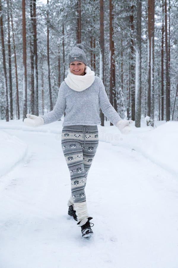 Vrouw in comfortabele winterse kleding in openlucht stock afbeeldingen