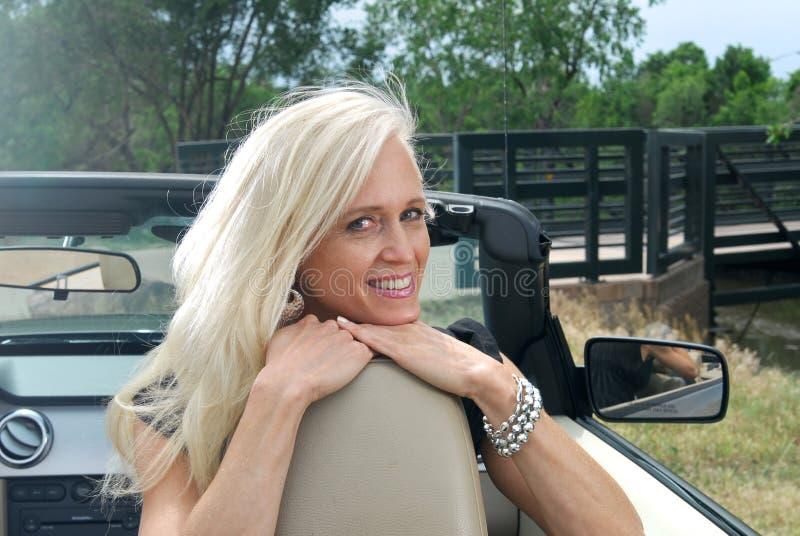 Vrouw in convertibel bij een de zomertoevlucht stock foto