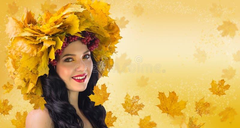 Vrouw-daling Mooie vrouw in kroon van de herfstbladeren en gueld royalty-vrije stock fotografie