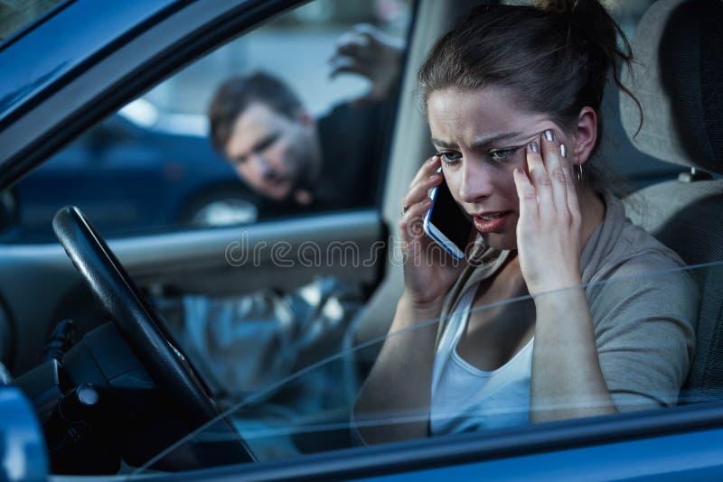 Vrouw in de auto stock foto's