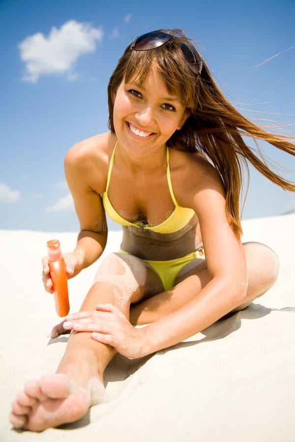 Vrouw in de beschermende room van de bikinivlek stock foto