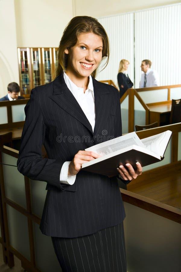 Vrouw in de bibliotheek stock fotografie