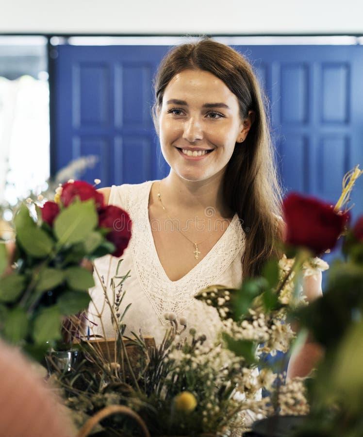Vrouw in de bloemwinkel stock foto